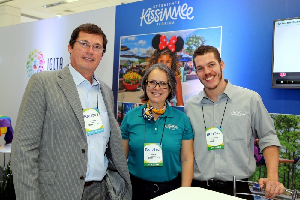 No stand de Kissimmee Florida da Insight Travel Marketing Luiz Moura Jr e Ana Medina e Vitor Jacoponi.